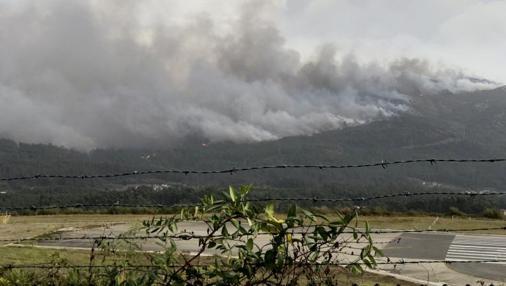 Vista del incendio de Pazos de Borbén desde el aeropuerto de Vigo