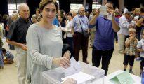 La alcaldesa de Barcelona, Inmaculada Colau, en el momento de votar en el referéndum ilegal.