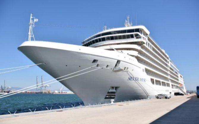 Imagen de un crucero de lujo amarrado en el Puerto de Tarragona