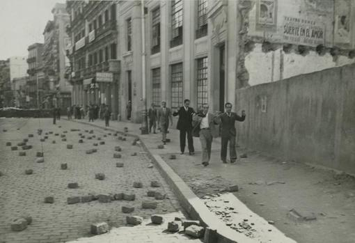 Disturbios al final de la Rambla de Santa Mónica, allí donde fue tiroteado un piquete republicano que iba a proclamar el estado de guerra