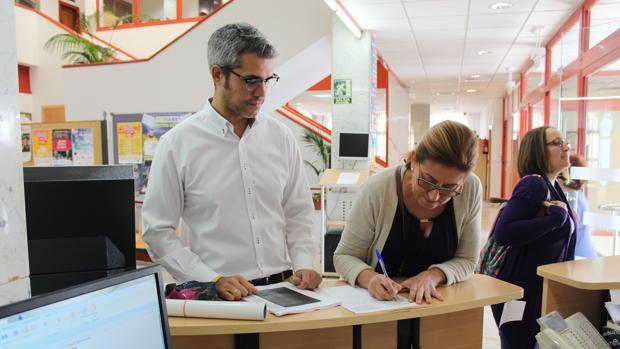 Entrega de las firmas en el Ayuntamiento de Lucena (ABC)