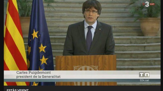 Puigdemont habla desde un atril de la Generalitat y TV3 le rotula como president