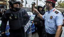 La inacción de los Mossos el 1-O provocó situaciones muy tensas cuando la Policía y la Guardia Civil recibieron la orden de suplirles en el operativo contra el referéndum. En la imagen, un 'mosso' se enfrenta a un policía durante una de las actuaciones que se realizaron ayer en Hospitalet de Llobregat (Barcelona).