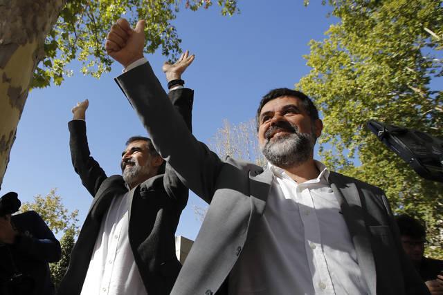 Los presidentes de la Asamblea Nacional Catalana (ANC), Jordi Sànchez y el de Òmnium Cultural, Jordi Cuixart, a su salida de la Audiencia Nacional.