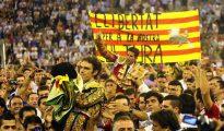 """José Tomás y Serafín Marín, en una puerta grande de clamor por la libertad en la """"última"""" corrida de toros celebrada en Barcelona"""