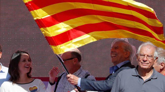 Vargas Llosa y Borrell en la manifestación.