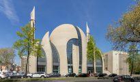 La nueva megamezquita de Colonia, Alemania, tiene capacidad para 1.200 personas y su minarete es el más alto de Europa. (Imagen: Raimond Spekking/Wikimedia Commons).