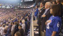 Mike Pence, junto a su mujer, durante la interpretación del himno en el Colts-49ers