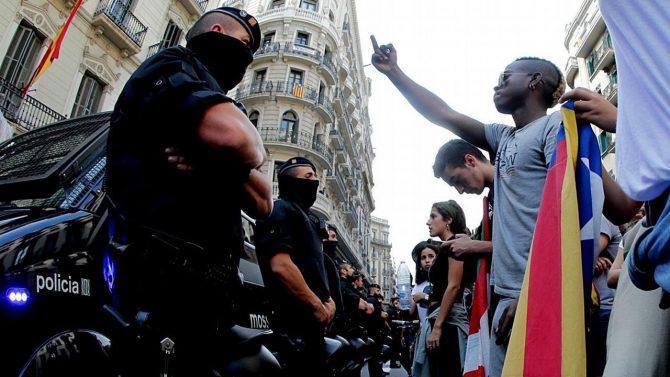 Manifestantes rodean la Jefatura Superior de Policía en Barcelona