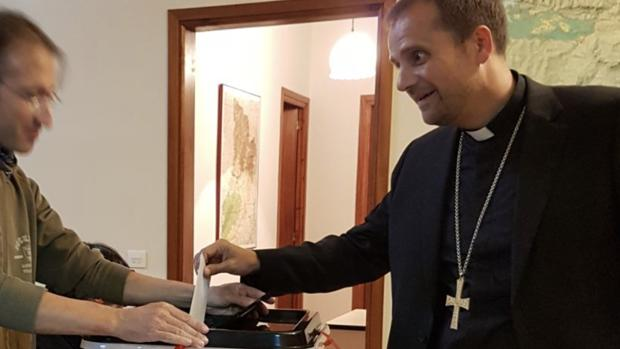El obispo de Solsona, Xavier Novell, se fotografió votando en el referéndum ilegal y ha difundido las imágenes - Obispado de Solsona