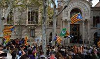 Agentes de los Mossos custodian la entrada del Palacio de Justicia de Barcelona (El Periódico)