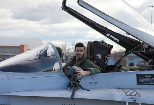 El piloto Fernando Pérez, en un caza F-18-MDE