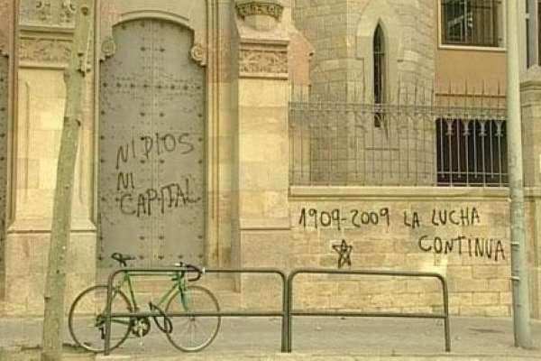 Pintada anarquista en una iglesia de Barcelona.