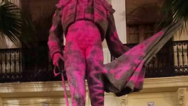 El vandalismo antitaurino que no cesa: pintadas en la estatua de Enrique Ponce