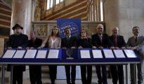 El presidente del grupo Planeta, José Creuheras, junto a los miembros del jurado, durante la presentación del Premio Planeta, que se fallará mañana en el trascurso de una gala en Barcelona