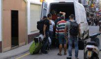 Varios guardias civiles abandonando este lunes uno de los hoteles de Calella (El País).