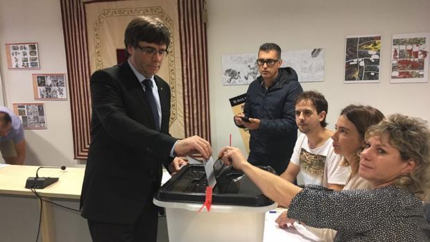 Puigdemont votando en un colegio electoral de Cornellà de Terri (Gerona)