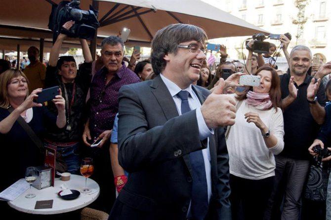 Puigdemont y su esposa pasean por Gerona, entre vítores y aplausos, antes de su huida a Bruselas.