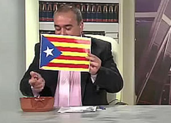 """Armando Robles, en el momento de quemar una estelada en """"La ratonera"""" la noche del 10 de enero de 2013."""