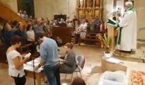 Recuento de votos en una iglesia catalana en plena eucaristía.