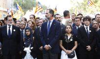 El rey Felipe VI, junto a los presidentes del Gobierno, Rajoy, y de la Generalitat, Puigdemont, durante la manifestación contra los atentados yihadistas en Cataluña.