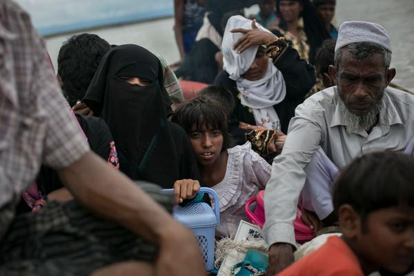 """Refugiados rohinyás llevan a Bangladés el 17 de septiembre de 2017. La crisis actual se describe -erróneamente- como una """"limpieza étnica"""" contra una inocente minoría musulmana, pero los auténticos culpables son los islamistas radicales de entre los propios rohinyás, que con armas de fuego, machetes y bombas están matando a su propia gente, así como a budistas, hindúes y otros individuos que se interponen en su camino."""