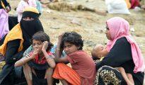 Una familia rohingya descansa después de haber atravesado la frontera de Bangladesh