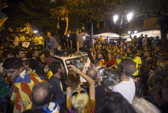 Los secesionistas encima de los vehículos de la Guardia Civil el 20 de septiembre.