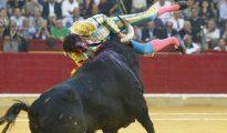 El segundo toro prendió con suma violencia a Cayetano Rivera Ordóñez