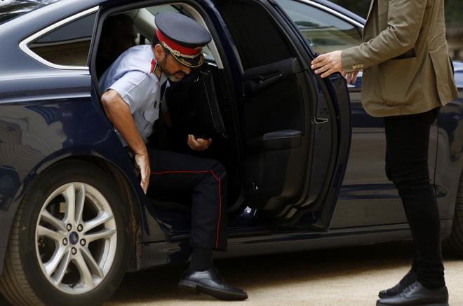 Josep Lluís Trapero se baja de su coche oficial a su llegada a la última Junta de Seguridad celebrada en Barcelona.