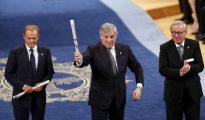 El presidente del Parlamento Europeo, Antonio Tajani (c), el presidente de la Comisión Europea (CE), Jean-Claude Juncker (d), y el presidente del Consejo Europeo, Donald Tusk (i)