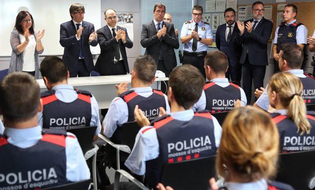 Puigdemont y otras autoridades felicitan a los mossos de la comisaría de Cambrils.