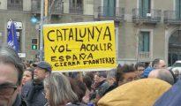 Cartel: Cataluña quiere acoger, España cierra fronteras (Baluarte Digital)