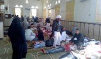 Varias personas permanecen junto a cuerpos sin vida en el interior de la mezquita