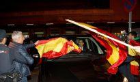 Vista del público en la estación de Atocha, en Madrid, a la llegada de los miembros de la Mesa del Parlament