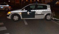 Imagen del estado en el que quedó uno de los coches de la Guardia Civil