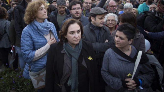 La alcaldesa de Barcelona Ada Colau, en la manifestación concocada por la ANC y Omnium en Barcelona para exigir la libertad de Jordi Sánchez, Jordi Cuixart y los miembros del Govern cesados.