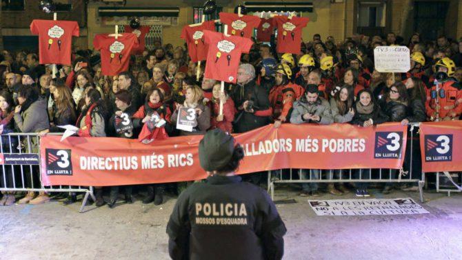 Imagen de archivo de trabajadores de la televisión públicana catalana, TV3, que protestan por los altos salarios de los directivos.