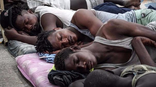 Inmigrantes africanos duermen en un centro de detención en Libia.