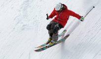 Imagen de un esquiador en pleno descenso