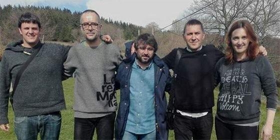 Jordi Évole abrazado con el etarra Otegi. Junto a ellos, dirigentes de Bildu.