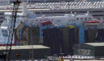 El ferry con los personajes de la Warner tapados con lonas