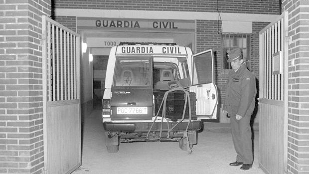Imagen de archivo del 27/01/1993 en la que un vehiculo de la Guardia Civil de Llombay transporta los féretros de las tres niñas el día que aparecieron en el paraje de «La Romana», cerca de la presa de Tous (Valencia)