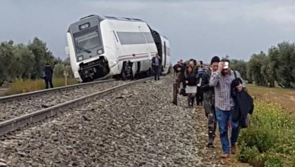Imagen del tren descarrilado el miércoles que cubría la ruta Málaga-Sevilla