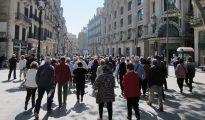 Jubilados paseando por el centro de Barcelona, la ciudad más afectada por la caída de los viajes del Imserso.