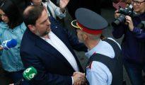 El vicepresidente de la Generalitat, Oriol Junqueras, saluda a un mosso a su llegada Escuela Sant Jordi de Barcelona para votar en el referéndum sobre la independencia de Cataluña