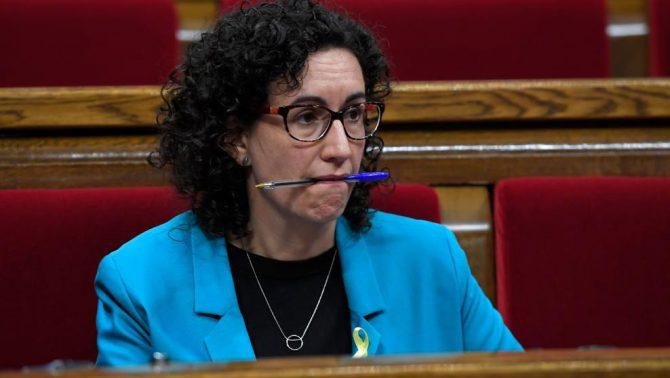Marta Rovira se lleva a la boca un bolígrafo.