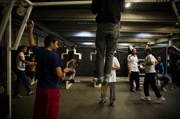 Un grupo de migrantes hace gimnasia en el hogar para refugiados en el que viven, en Sarstedt, Alemania (17 de noviembre de 2015). (Foto: Alexander Koerner/Getty Images)