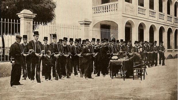 Una unidad de Mossos passa revista a finales del siglo XIX. - Vídeo: El desleal papel de los Mossos de Escuadra en el golpe catalán de 1934