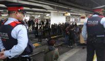 Los Mossos vigilan a un grupo de huelguistas en Barcelona.
